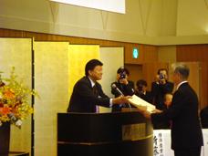 表彰を行う新藤副大臣