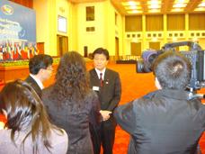 中国メディアから取材を受ける新藤副大臣