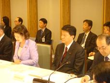 会議に参加する新藤副大臣