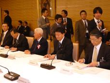 関係閣僚会議に出席する新藤副大臣