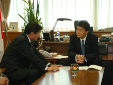 伊藤市長の要望を聴く新藤副大臣