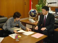 岡島副知事の要望を聴く新藤副大臣