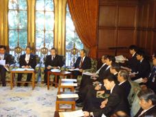 雇用調整本部に出席する新藤副大臣