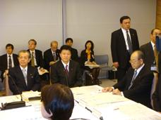 男女共同参画会議に出席する新藤副大臣