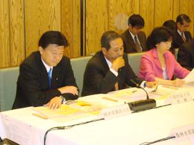 中央防災会議に出席する新藤副大臣