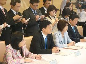 写真。会合に出席する新藤副大臣。