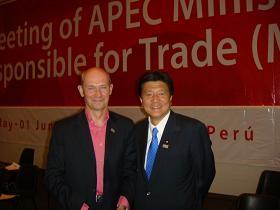 写真。貿易大臣会合に招待されたラミーWTO事務局長と意見交換。