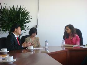 写真。レイセギ・メキシコ経済副大臣と会談。