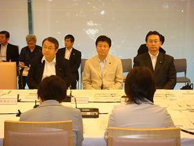 写真。男女共同参画会議に出席する新藤副大臣。