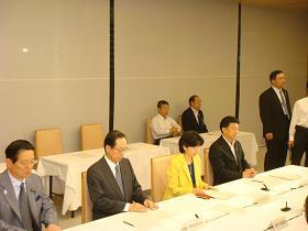 写真。経済財政諮問会議に出席する新藤副大臣。