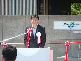 写真。挨拶を行う新藤副大臣。