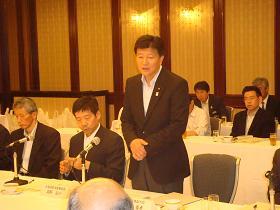 写真。戦略会議にて挨拶を行う新藤副大臣