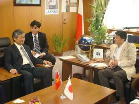 写真。表敬を受ける新藤副大臣。