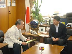 写真。石原御前崎市長一行と会談。