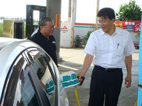 写真。給油施設を視察。