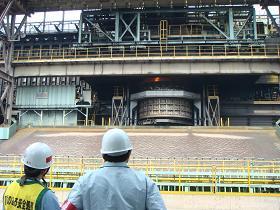 写真。大分第5コークス炉を視察。