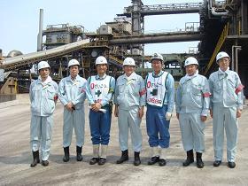 写真。製鉄所関係者と。