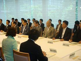 写真。消費者政策会議に出席する新藤副大臣。